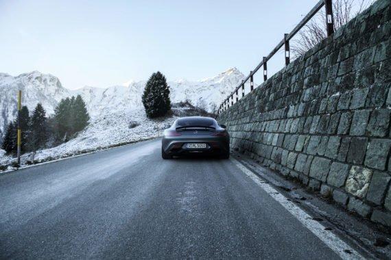Bergstrass Schnee Auspuff Heckspoiler Zaun Absperrung Mauer