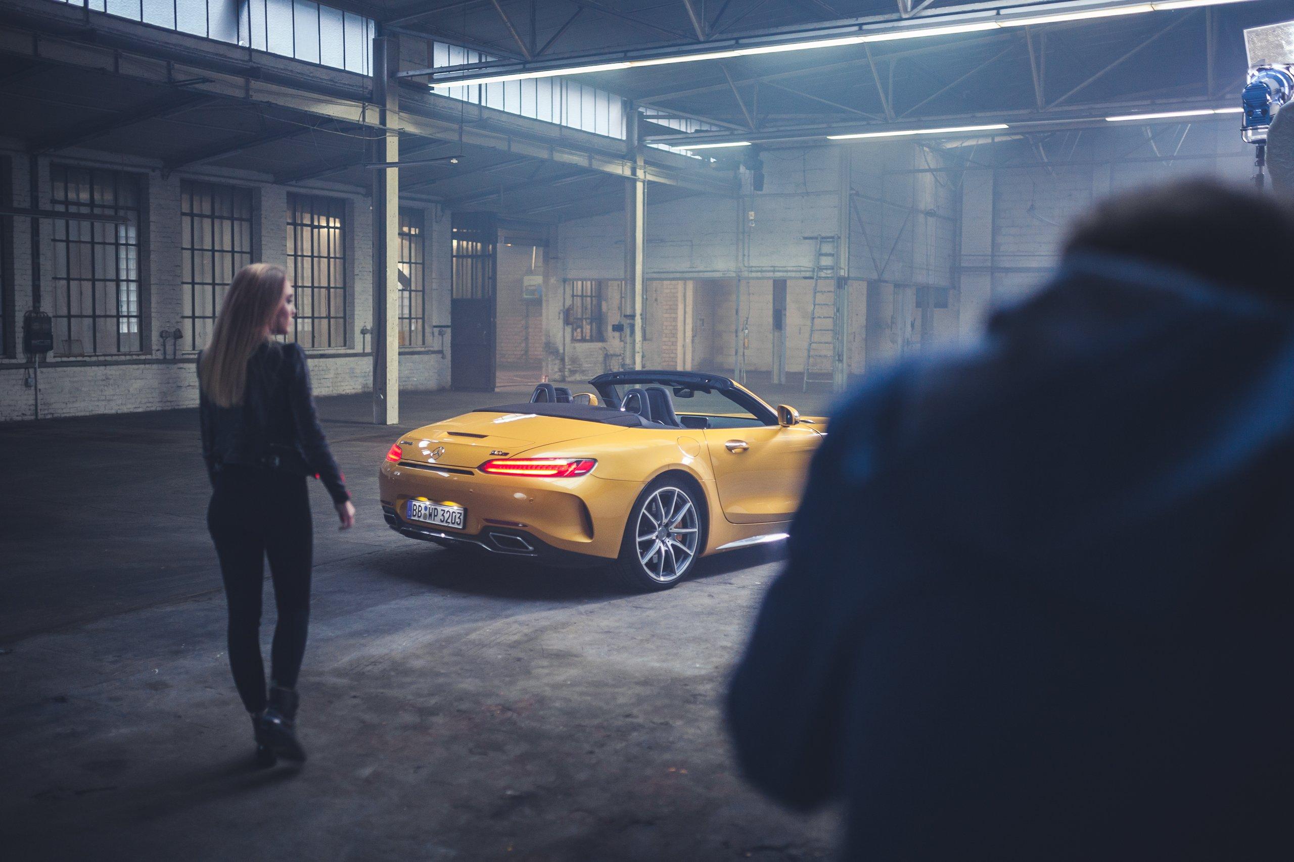 Mercedes-AMG GTC Heckleuchten Frau Model Lederjacke