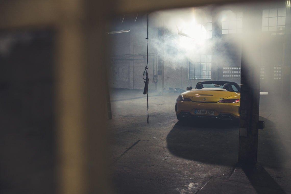 Mercedes-AMG GTC Heck gelb Halle Rauch Rolltor