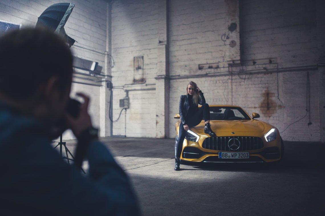 Mercedes-Benz AMG GTC Roadster Frau Motorhaube Kühlergrill