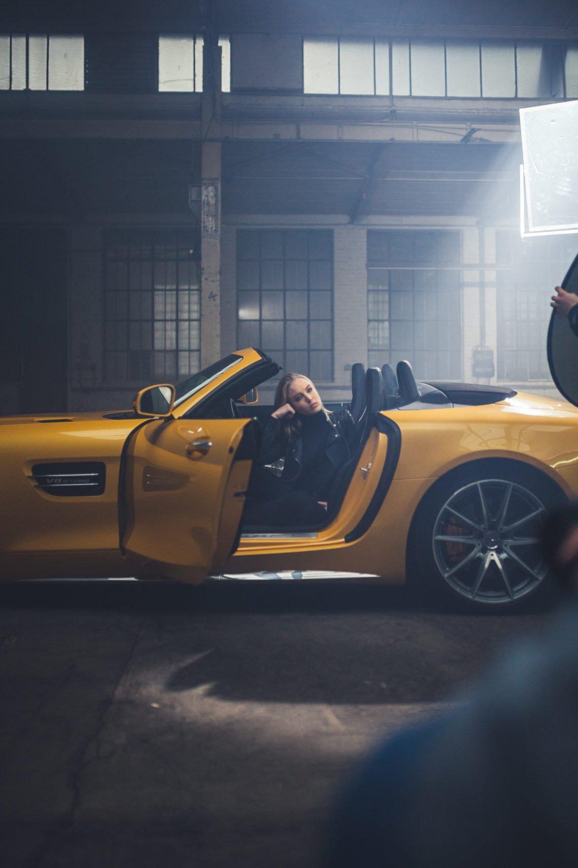Felgen gelb Gesicht Frau Auto