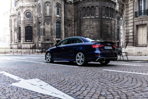 Audi Limousine Kirche Pfeil Kopfsteinpflaster