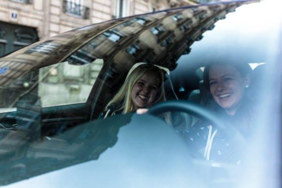 Frauen Armaturenbrett Windschutzscheibe Lenkrad