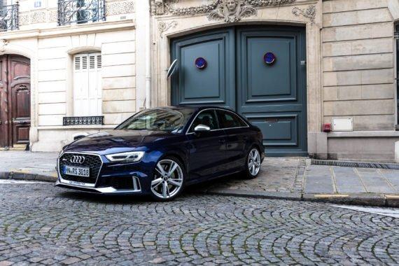Audi RS3 Limousine grünes Tor Einfahrt Kopfsteinpflaster blau