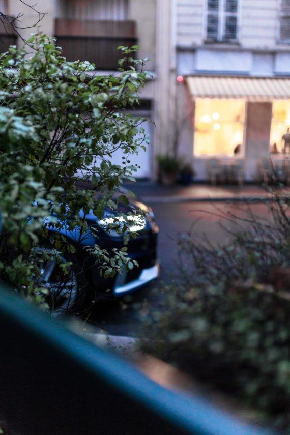 Audi RS3 Limousine Strauch Strasse Cafe Scheibe Schaufenster