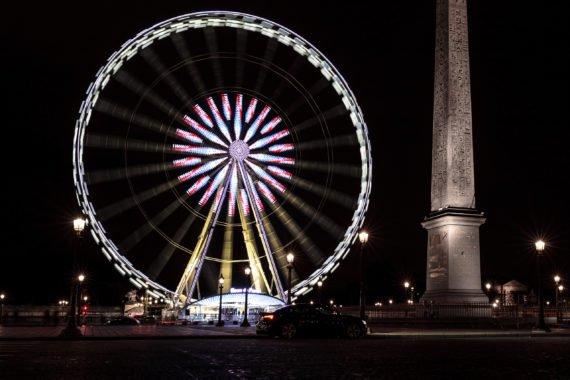 Riesenrad Obelisk bei Nacht mit Reflexion im Lack