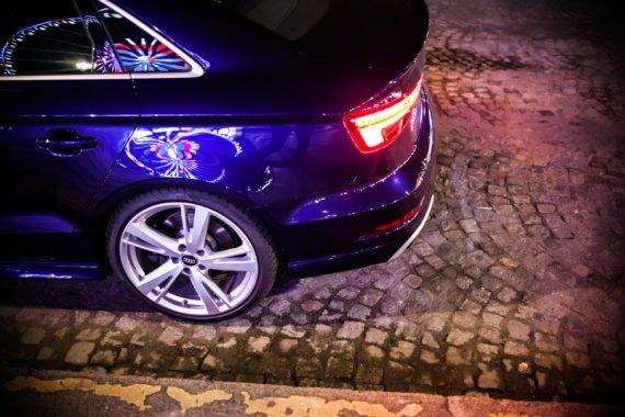 Audi Alufelge Rücklicht Kopfsteinpflaster Reflexionen Riesenrad bei Nacht blauer Lack