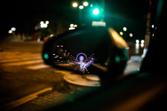 Auto Seitenspiegel Riesenrad Ampel