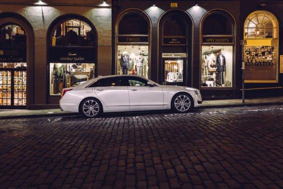 Cadillac CT6 Platinum Weiß Victoria Street Edinburgh Kopfsteinpflaster Geschäfte