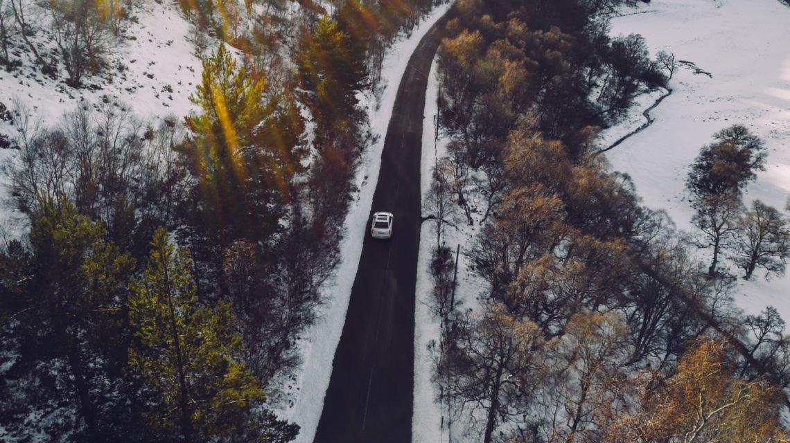 Cadillac CT6 Schottland Highlands Wald Schnee Straße