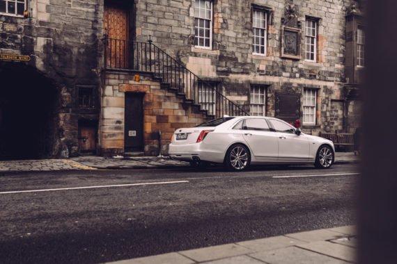 Weiße Luxus Limousine Edinburgh Steinfassade