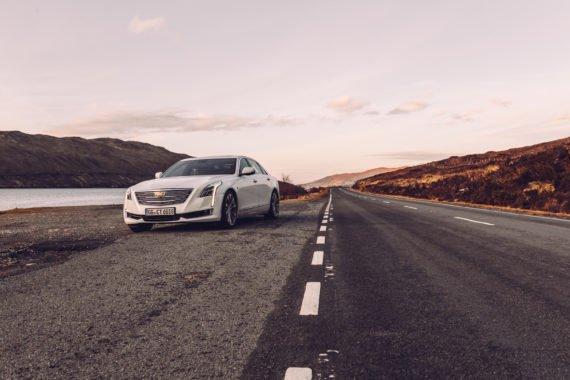 Schottische Landstraße weißes Fahrzeug