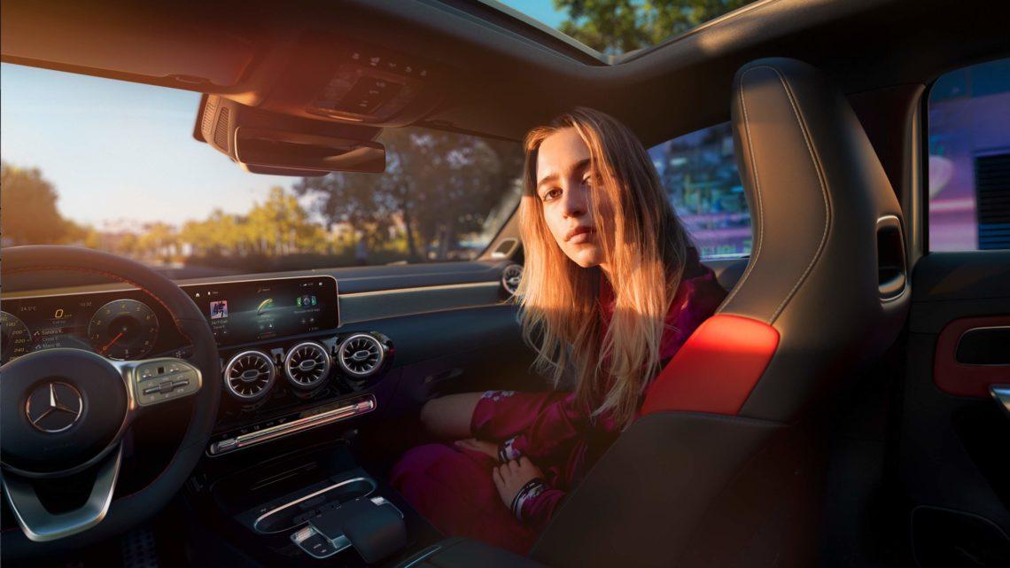 Mercedes-Benz A-Klasse W177 Frau Innenraum Interior Sitz Armaturenbrett Instrumente Auto