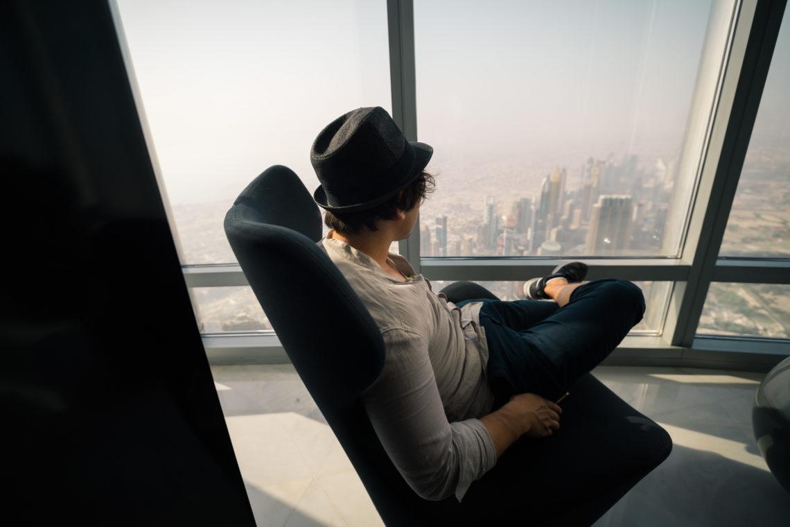 Sessel überschlagene Beine Mann Hut Aussicht At The Top SKY Ticket