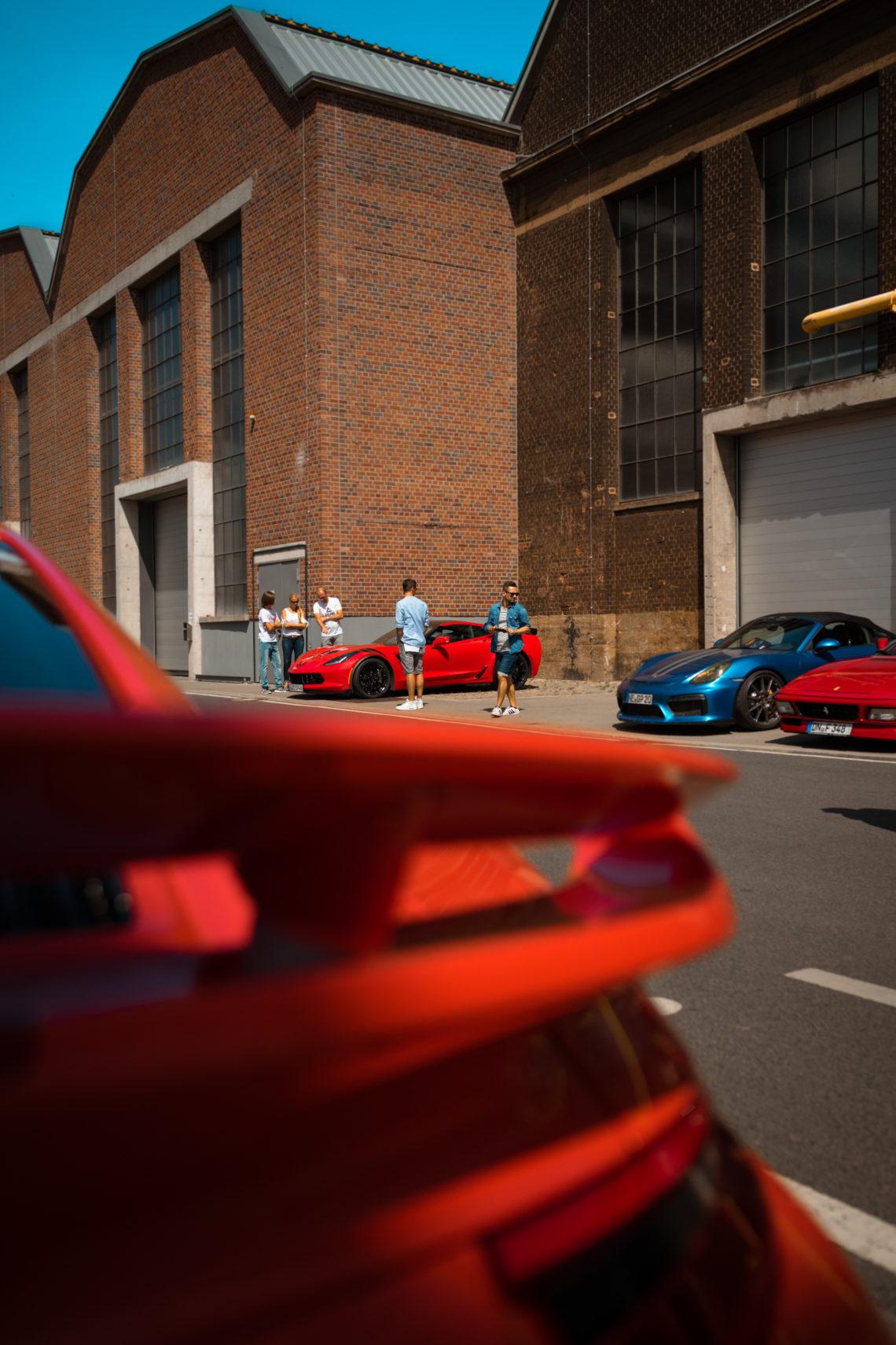 Cars Coffee Düsseldorf Heckspoiler Porsche rot Corvette Grand Sport Menschen Gruppe