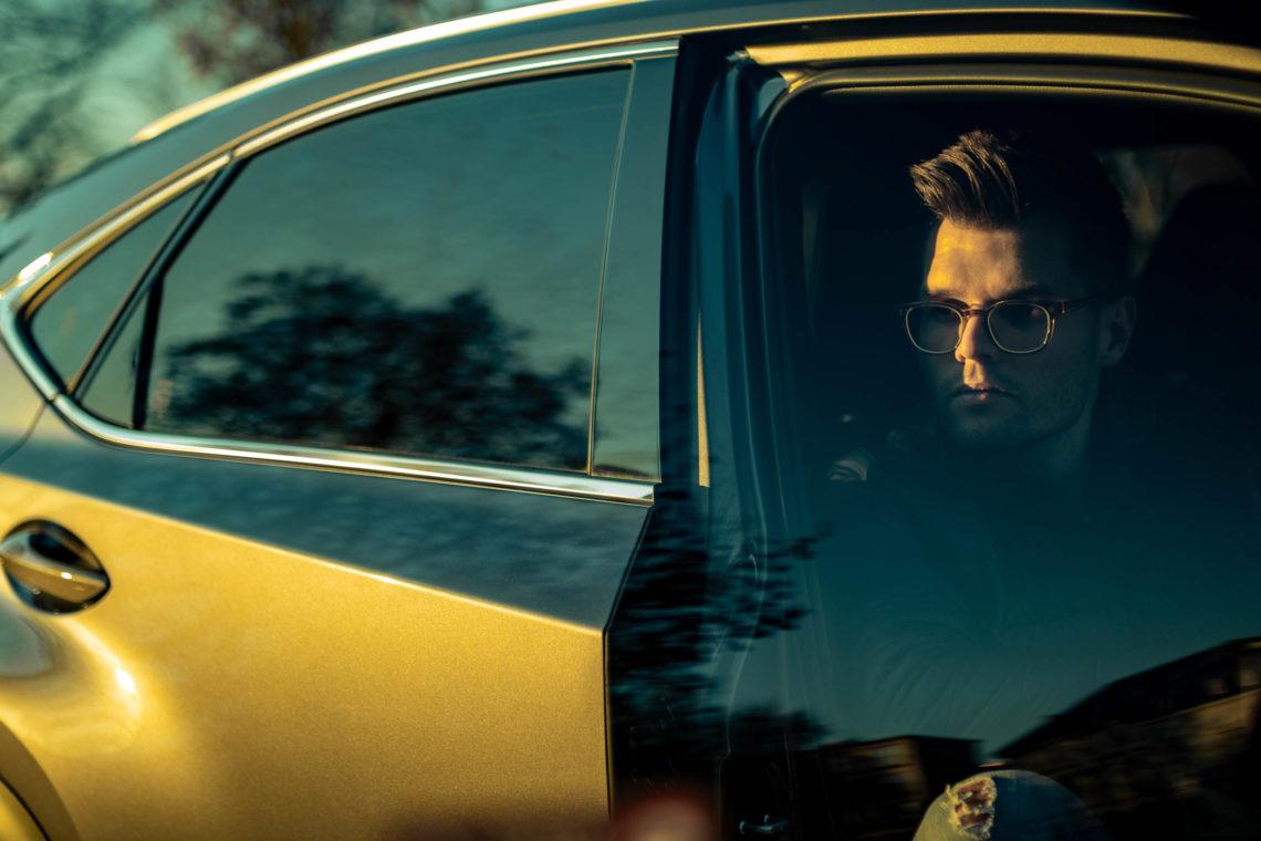 Mann mit Brille Beifahrertür Seitenscheibe Sonnenuntergang