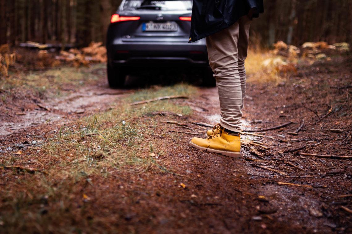 CAT Schuh auf Waldweg