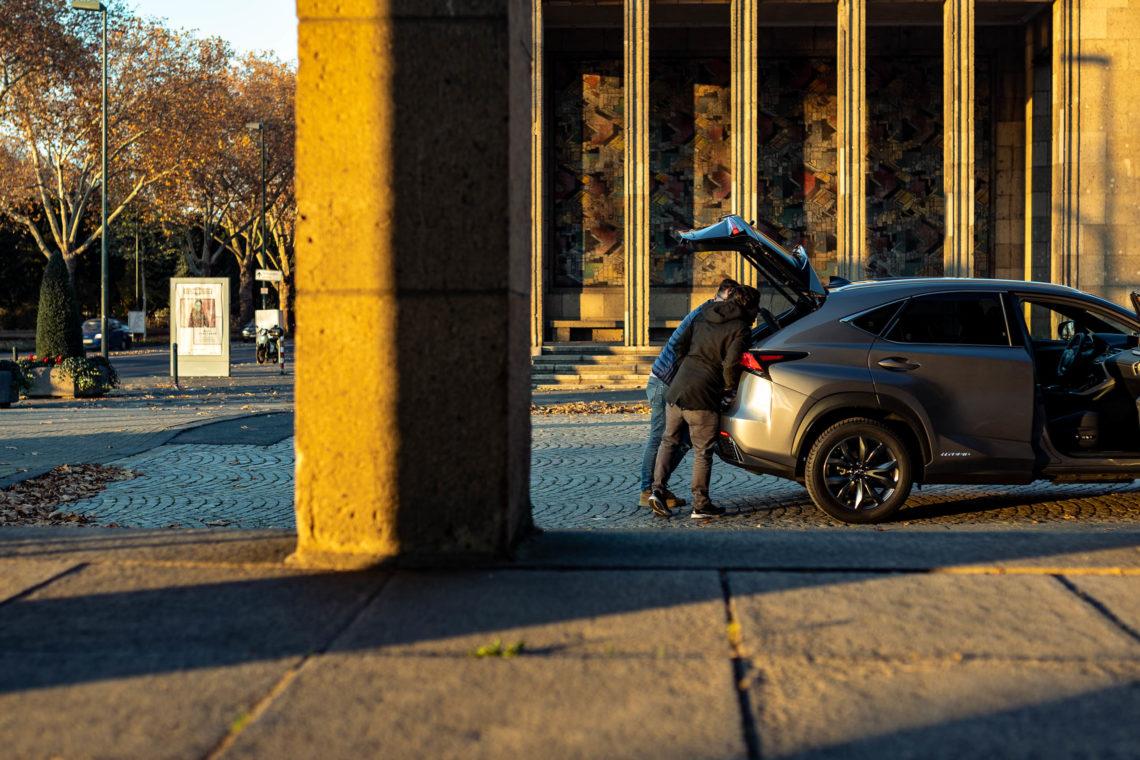 2 Männer Kofferraum Geländewagen Lexus