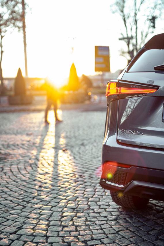 Rücklicht Sonnenuntergang Lexus SUV