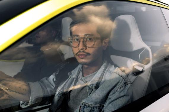 Portrait junger Mann Brille Auto