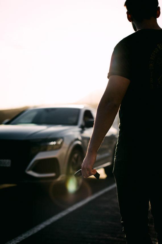 Audi RSQ8 Autoschlüssel Flare Mann schwarzes TShirt